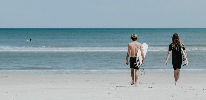 Niños iniciándose en el surf
