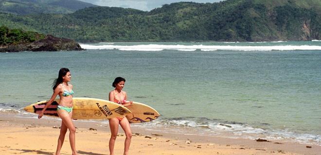 2 jóvenes surfistas en Playa Puraran, isla de Catanduanes (Filipinas)
