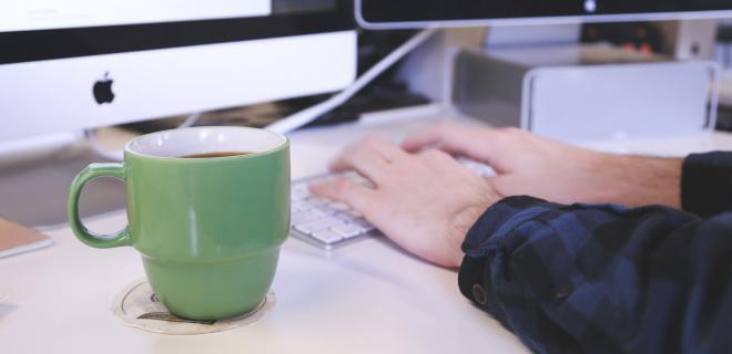 Manos en teclado de ordenador