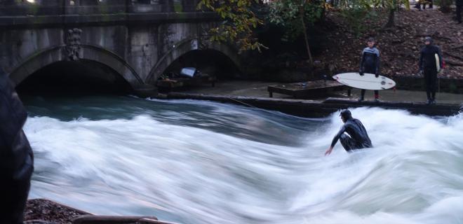 Surfeando en el Eisbach de Munich