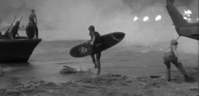 Robando la tabla de surf del teniente coronel Kilgore de la Caballería de los Estados Unidos | Escena de 'Apocalypse Now' (1979)