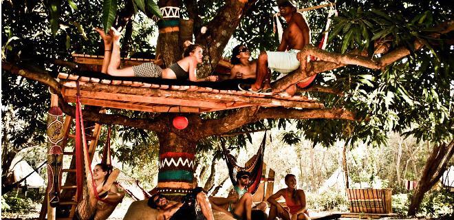 Surfistas disfrutando de un descanso en un surfcamp de CostaRica