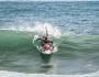 Jordi Forner con su tabla de surf rescató a José Alonso en la Playa de la Barceloneta