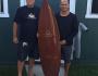 Larry Fuller y Kelly Slater con la tabla de surf construida por Al Merrick de una secoya de 3000 años para el proyecto 'Surfers and Shapers'
