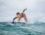 Chica surfeando con un bonito cuerpo